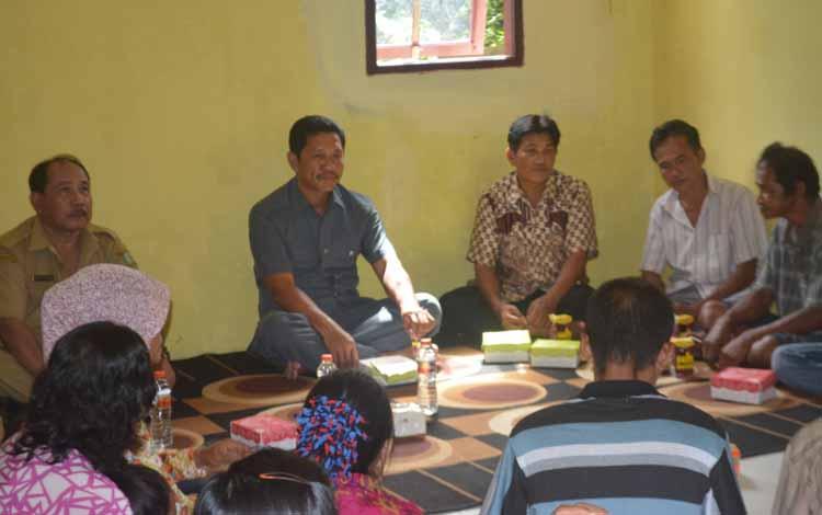 Anggota DPRD Kalimantan Tengah Dapil II, Kabupaten Kotim dan Seruyan, Artaban menyerap aspirasi masyarakat dalam rangkain kegiatan reses perseorangan, beberap waktu lalu. BORNEONEWS/PPOST/ARIANATA