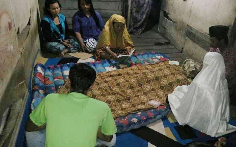 Sejumlah keluarga korban mengelilingi jasad setelah ditemukan tewas tenggelam di sumur dekat rumahnya. BORNEONEWS/HAMIM