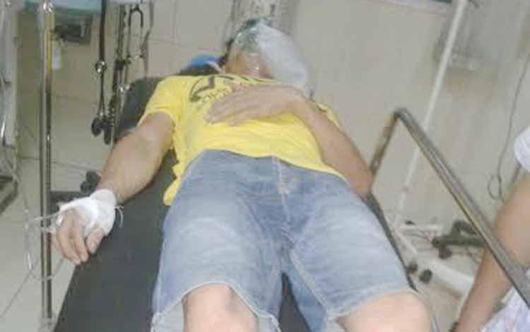 Mujiono saat berada di RSUD Dr Murjani Sampit, setelah aksi percobaan bunuh diri digagalkan oleh ibu dan kakaknya, Minggu (29/5/2016) malam. BORNEONEWS/M. HAMIM