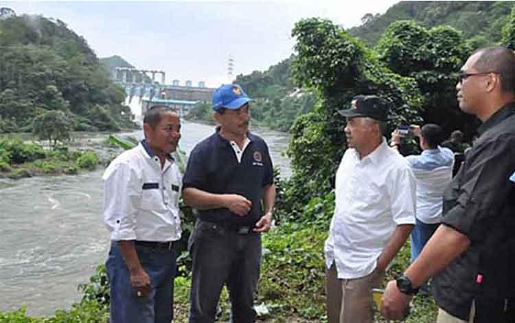 Gubernur Riau Arsyadjuliandi Rachman ketika mengunjungi Lubang Kolam. ISTIMEWA