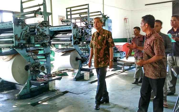 Kepala Kejaksaan Tinggi Kalteng Agus Tri Handoko melihat-lihat percetakan Borneonews dan Palangka Post didampingi Pemred PPost, M Zainal, Jumat (17/6/2016). BORNEONEWS/RONI SAHALA