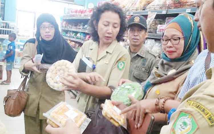 Petugas gabungan saat memeriksa barang-barang yang beredar di beberapa Swalayan di Kota Sampit, Selasa (21/6/2016). Dalam razia tersebut, petugas menemukan banyak barang kedaluwarsa dan tidak berizin masih dijual ke masyarakat. BORNEONEWS/RAFIUDIN