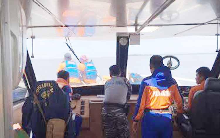 Tim SAR Gabungan melakukan pencarian korban di wilayah laut Kumai. Seluruh kapal dan nelayan diimbau mencari kapal dan dua awak yang sampai Selasa (21/6/2016) belum ditemukan. BORNEONEWS/CECEP HERDI