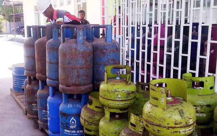 Seorang karyawan agen LPG di Kota Sampit, menyusun tabung-tabung gas. Pertamina diminta menarik tabung gas tiga kilogram palsu agar tidak membahayakan keselamatan masyarakat tersebut.BORNEONEWS/M.RIFQI