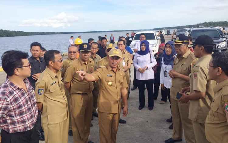 Gubernur Kalteng Sugianto Sabran (menunjuk) saat blusukan di Pelabuhan Bumi Harjo Kecamatan Kumai, baru-baru ini. BORNEONEWS/CECEP HERDI