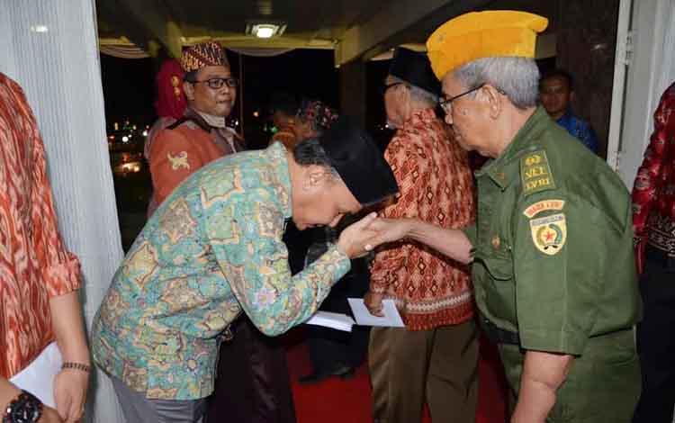 Gubernur Kalteng, Sugianto Sabran, sungkem ke Veteran. Anggota Komisi A DPRD Kalimantan Tengah, HM Sriosako mengusulkan agar Pemprov Kalteng menyediakan anggaran untuk kalangan veteran. BORNEONEWS/DOK
