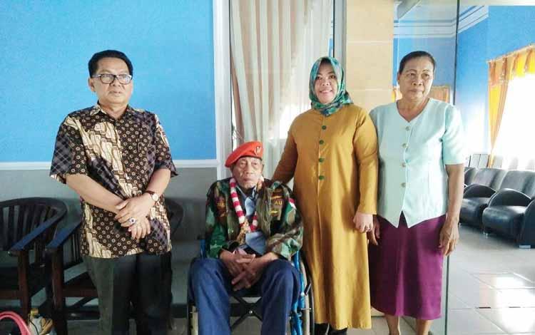 Dari kiri, H. Ruslan AS, Imanuel Nuhan, Hj Nurhidayah dan istri Imanuel Nuhan, berfoto bersama di ruang VIP Bandara Iskandar Pangkalan Bun, Rabu (24/8/2016) siang. BORNEONEWS/CECEP HERDI
