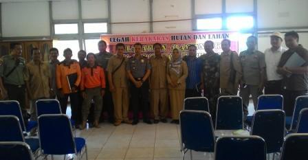 Manegement PT Hutan Ketapang Industri berfoto bersama dengan para peserta sosialisasi pencegahan Karhutla. BORNEONEWS/DOK