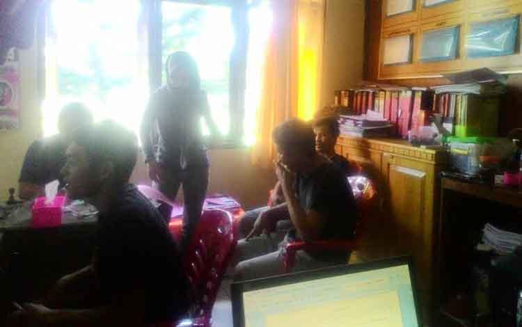 Penyidik Polres Sukamara sedang memeriksa enam pengguna narkoba, dua di antaranya ASN Pemkab Sukamara, yang ditangkap Selasa (23/8/2016). BORNEONEWS/NORHASANAH