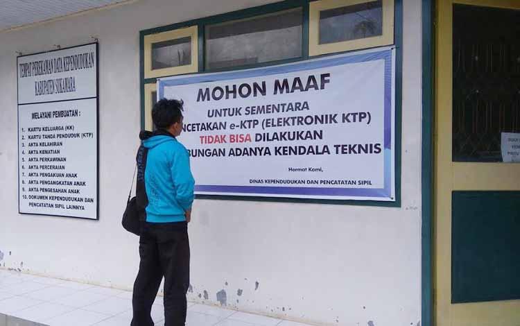 Masyarakat yang ingin membuat e-KTP di Kabupaten Sukamara, kecewa karena lamanya proses pembuatan. BORNEONEWS/NORHASANAH