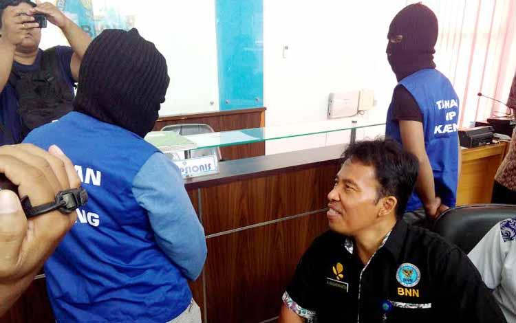 Kepala BNN Kalteng, Kombes Pol A Kadarmanta ketika mengintrogasi ASN berinisial MR di kantor BNN, Jumat (26/8/2016). BORNEONEWS/CECEP HERDI