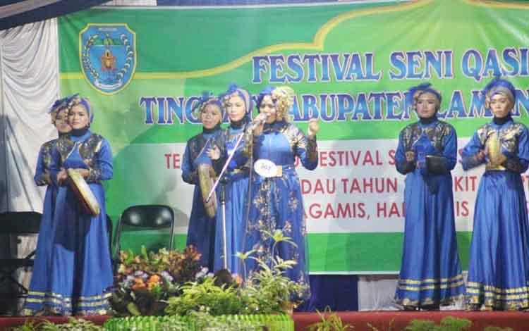 Penampilan salahsatu peserta Festival Seni Qasidah saat mengikuti lomba.
