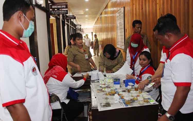 BNK Palangka Raya saat melakukan tes urin di lorong perkantoran Setwan, persis di belakang Ruang Paripurna. BORNEONEWS/ROZIKIN