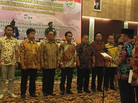 Agustiar Sabran (empat kiri) dikukuhkan sebagai Ketua Dewan Pengurus Asosiasi Perusahaan Tambang (APTA) Kalteng oleh Gubernur Kalteng Sugianto Sabran, Kamis (1/9/2016). BORNEONEWS/WAHYUDI HENDRA