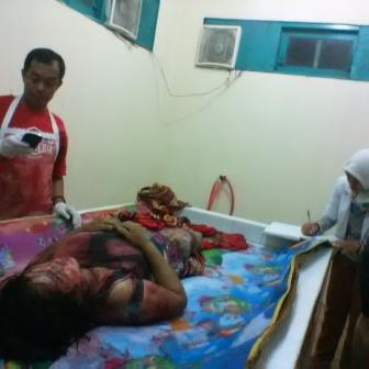 Petugas kamar mayat RSUD Dr Murjani Sampit, saat persiapan hendak melakukan visum terhadap jenazah korban, Minggu (2/10/2016) malam.   BORNEO/HAMIM