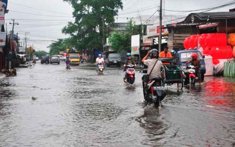 Jalan-jalan di Kota Sampit, Kotawaringin Timur, jadi langganan banjir saat hujan turun. Anggota Komisi IV DPRD Kotim, Agus Seruyantara, Minggu (23/10/2016), menuding menjamurnya ruko jadi penyebab banjir. BORNEONEWS/M. RAFIQ
