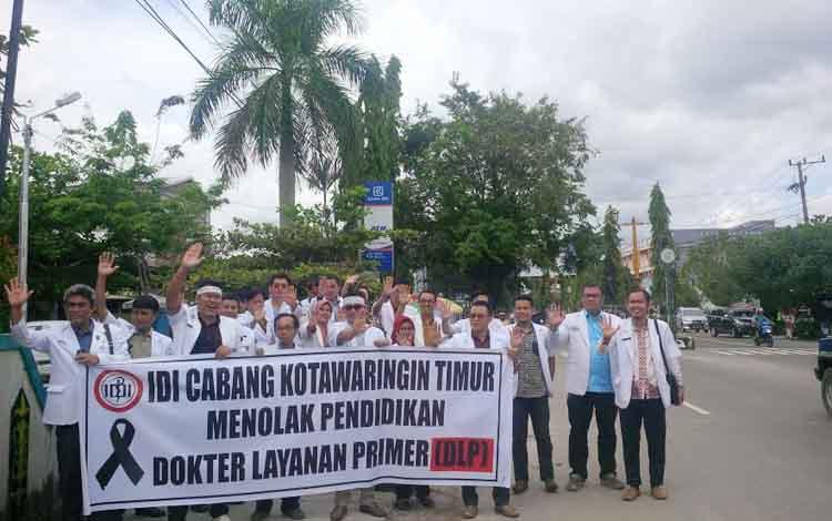 Puluhan Dokter di Kotim mengangkat tangan tanda menolak program DLP saat aksi damai di Jalan HM Arsyad RSUD dr Murjani Sampit, Senin (24/10/2016). BORNEONEWS/RAFIUDIN
