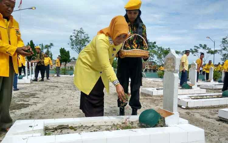 Sejumlah jajaran DPD Partai Golkar Provinsi Kalteng dan Kabupaten Kobar menabur bunga di makam pahlawan Indra Pura, Pangkalan Bun. BORNEONEWS/FAHRUDDIN FITRIYA
