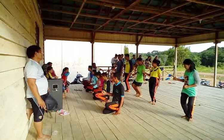Kelompok peserta dari kecamatan Lamandau saat berlatih tari Babukung. BORNEONEWS/HENDI NURFALAH
