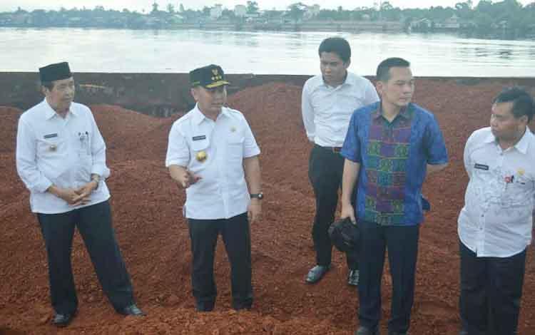 Sidak gubernur Kalimantan tengah Sugianto Sabran bersama wakil ketua Komisi IV DPR-RI Dani Johan di Sampit. BORNEONEWS/SAMPIT