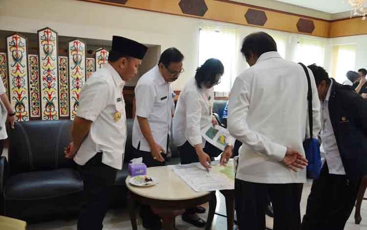Gubernur dan jajaran Komisi IV DPR RI di bandara T Riwut, saat akan melakukan pengecekan perusahaan bermasalah, di Pulang Pisau dan Kapuas. BORNEONEWS/ROZIKIN