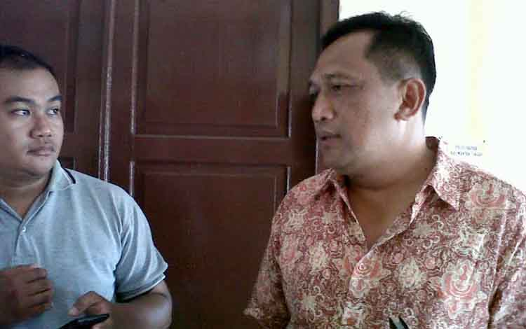 Direktur Reserse Kriminal Umum Polda Kalteng Kombes Gusde Wardana (kanan), Jumat (28/10/2016), menjelaskan, pemilik usaha judi bingo Yongki Ta'lim ditetapkan jadi tersangka. BORNEONEWS/BUDI YULIANTO