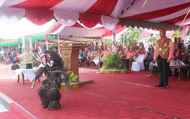 Bupati Lamandau, yang juga Ketua Dewan Adat Dayak Lamandau, Mas Labihi Patih Kunci Marukan, secara resmi membuka gelaran Festival Babukung 2016, Jumat (28/10/2016) sore. BORNEONEWS/HENDI NURFALAH