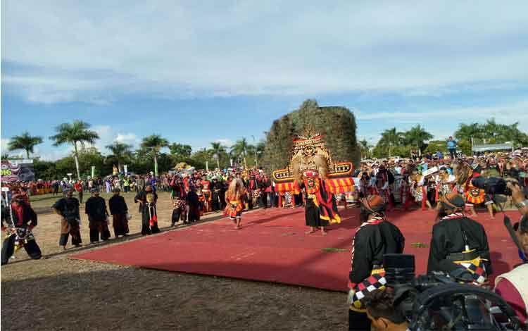 Penampilan Reog Ponorogo dari etnis Jawa, salah satu penampil dalam Festival Babukung 2016. Festival Babukung III ini dibuka Bupati Lamandau, Marukan, Jumat (28/10/2016). BORNEONEWS/HENDI NURFALAH