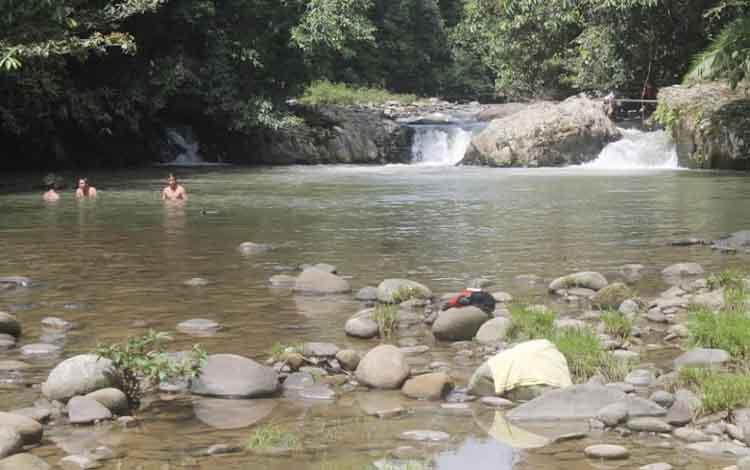 Mandi di hulu Sungai Kahayan. Airnya yang segar, jernih dan tidak keruh meski musim hujan.
