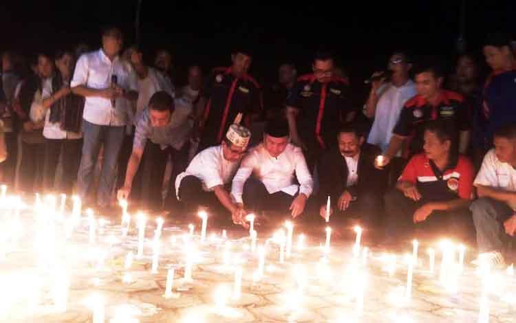Warga memadati depan Istana Isen Mulang, Bundaran Besar Palangka Raya, Jumat (17/11/2016) malam. Satu-persatu menyalakan lilin dengan pesan untuk perdamaian Indonesia. BORNEONEWS/RONI SAHALA