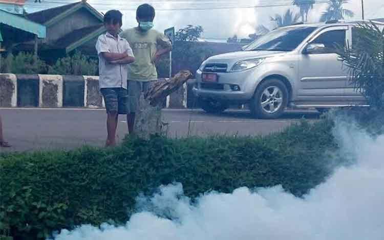 Tim Fogging Dinas Kesehatan Lamandau saat lakukan pengasapan di RT 2 Nanga Bulik, beberapa waktu lalu. BORNEONEWS/HENDI NURFALAH