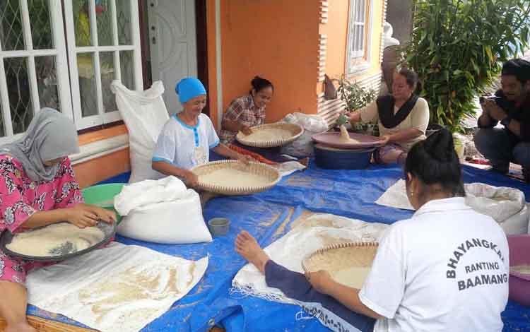 Ibu-ibu Kelompok Usaha Bersama (Kube) Kecamatan Teluk Sampit membersihkan beras Siam Epang sebelum dikemas dan dipasarkan dalam kemasan lima kilogram. Petani di Kotim juga mengembangkan padi jenis Batang Gadis. BORNEONEWS/RAFIUDIN