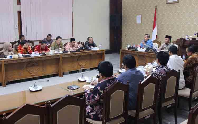 Rapat Gubernur Kalteng Sugianto Sabran dengan DPRD Provinsi Kalteng. Gubernur Sugianto duduk berdampingan dengan Ketua DPRD Atu Narang.