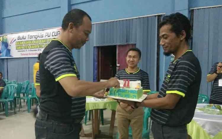 Wakil Bupati Sukamara, Windu Subagio didampingi Ketua DPRD Kabupaten Sukamara, Edy Alrusnadi memotongan kue Hari Bhakti PU ke-71 di Gedung Serba Guna (GSG). BORNEONEWS/NORHASANAH