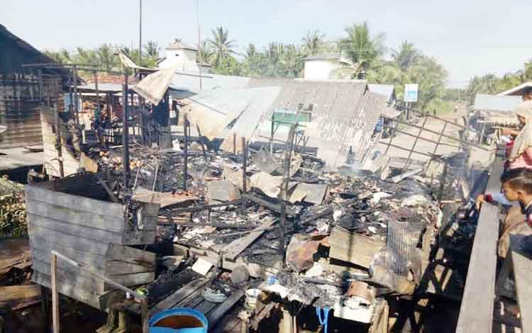 Kondisi ruko yang ludes terbakar, di Desa Lempuyang, Rabu (21/12/2016) dini hari. Tidak ada korban dalam kejadian ini, erugian diperkirakan  Rp150 juta. BORNEONEWS/M. HAMIM