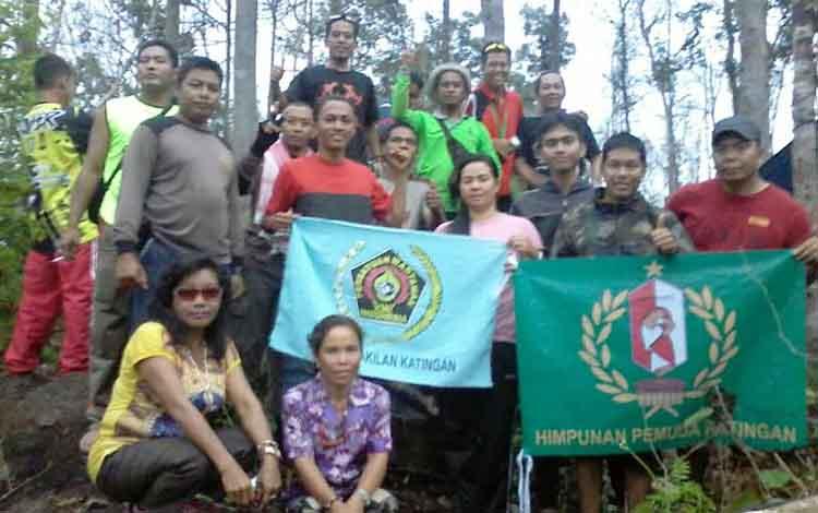 Taklukan Puncak Bukit Bulan Peserta Ekspedisi Kibarkan Bendera