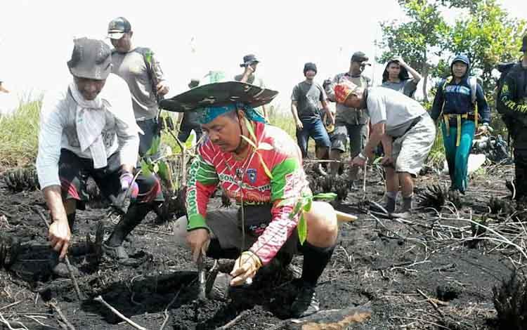 Peserta Ekspedisi Tanam Pohon Pantung Di Areal Taman