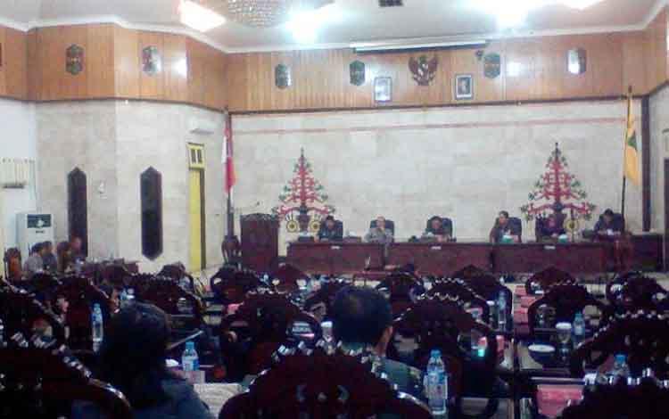 Rapat Paripurna DPRD Kapuas, Jumat (30/12/2016), berlangsung tiga kali, membahas RAPBD Kapuas Tahun Anggaran 2017. BORNEONEWS/DJEMMY NAPOLEON
