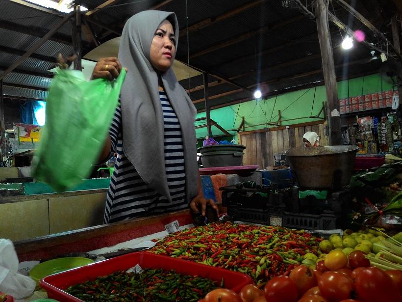 Pedagang cabai. Harga cabai di Pasar Besar mencapai Rp150.000 per kilo atau naik 200 persen dari biasanya.