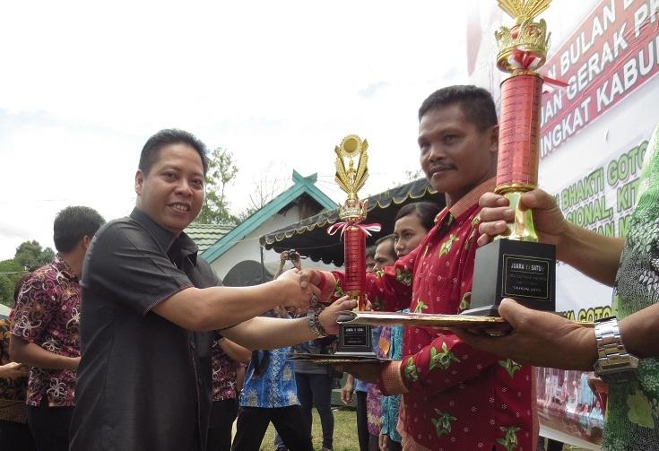 LOMBA DESA : Ketua DPRD Bartim Boelalano menyerahkan medali kepada perwakilan desa yang memenangkan loma desa terbersih