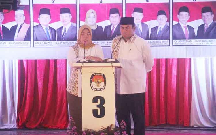 Pasangan Hj Nurhidayah-Ahmadi Riansyah (NURANI) menjawab pertanyaan moderator pada sesi kedua debat. BORNEOENWS/FAHUDDIN FITRYA