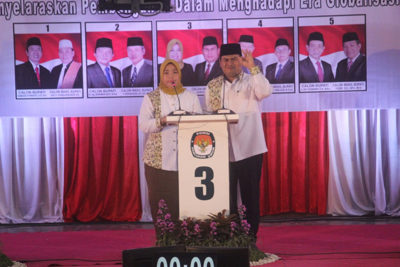 Calon Bupati dan Wakil Bupati Kotawaringin Barat Nomor Urut 3 Hj Nurhidayah-Ahmadi Riansyah (Nurani) saat debat kandidat, Sabtu (7/1/2017). (BORNEONEWS/FAHRUDDIN FITRIYA)