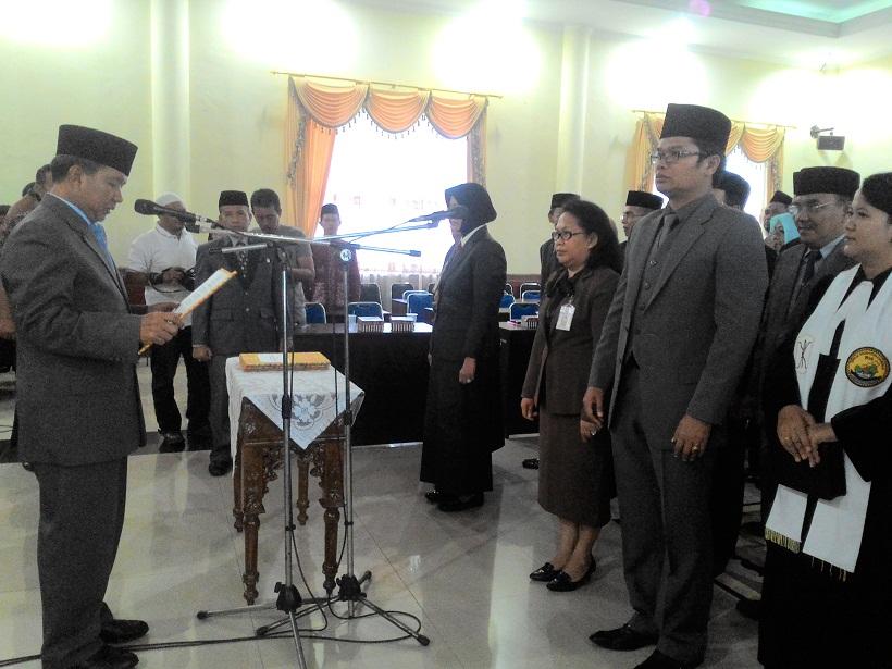 MELANTIK : Walikota Palangka Raya, Riban Satia saat melantik pejabat eselon II, Jumat (30/12/2016). BORNEONEWS