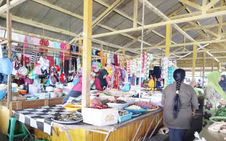 Pedagang sayur di Pasar Sayur Ikan (Saik) Sukamara. BORNEONEWS/NORHASANAH