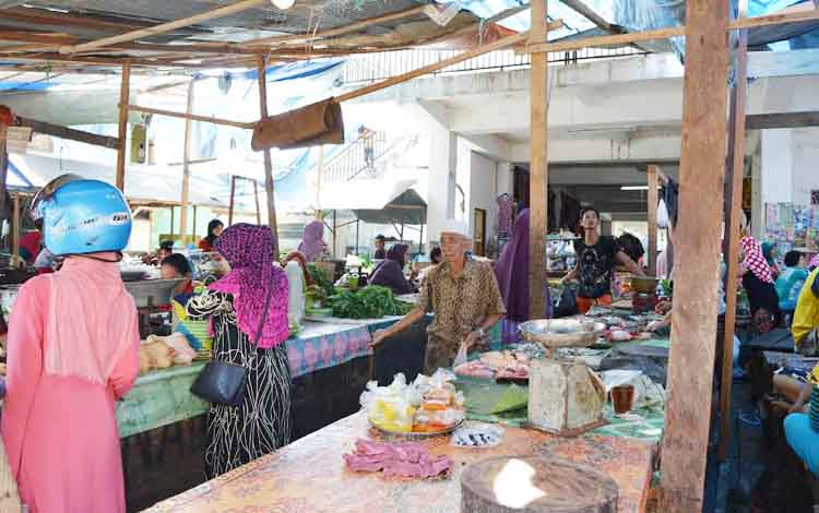 Aktivitas Pasar Pelita, di Jalan Merdeka, Kota Puruk Cahu, Kabupaten Murung Raya.