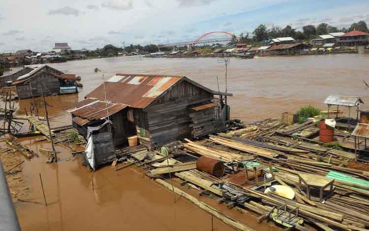 Di bantaran Sungai Kahayan tepatnya di Flamboyan Bawah masih ada rumah lanting.
