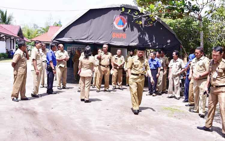 Walikota Palangka Raya, Riban Satia meninjau beberapa kantor SKPD, salah satunya Dinas Damkar dan Penyelamatan, Senin (9/1/2017).