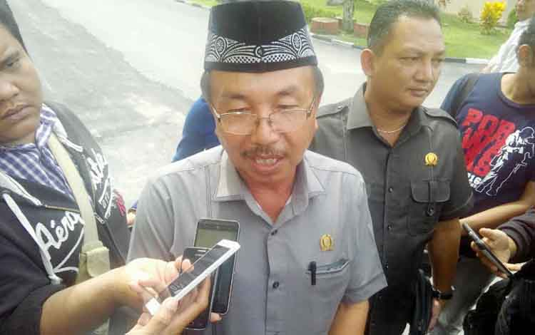 Ketua DPRD Kabupaten Katingan Iqnatius Mantir L Nussa memberikan keterangan kepada wartawan di Polda Kalteng, Selasa (10/1/2017). (BORNEONEWS/BUDI YULIANTO)