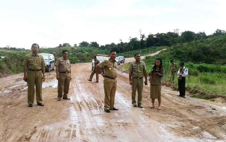 Bupati Lamandau Marukan dan Wabup Sugiyarto beseta pejabat lainnya saat memantau pembangunan jalan.