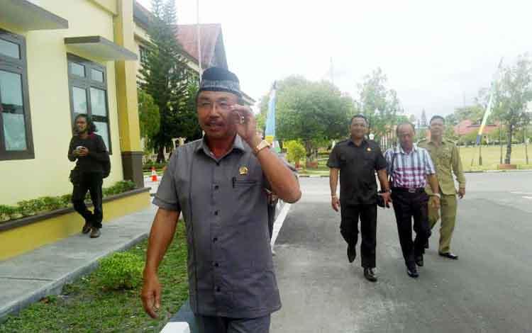 Ketua DPRD Kabupaten Katingan Iqnatius Mantir L Nussa saat datang ke kantor Ditreskrimum Polda Kalteng. (BORNEONEWS/BUDI YULIANTO)